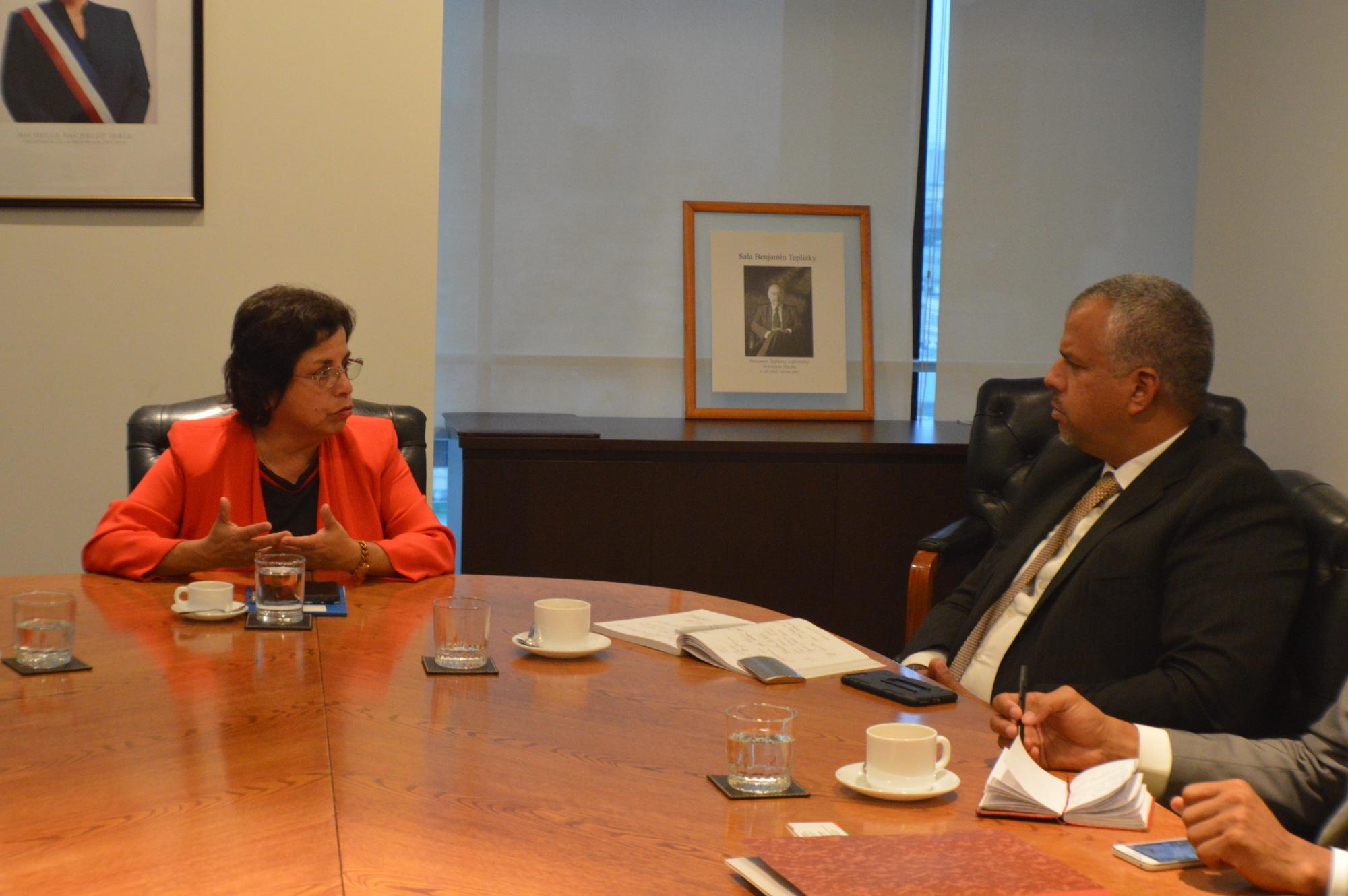 Ministra de Minería de Chile, Aurora Williams, junto al Viceministro venezolano, Víctor Cano