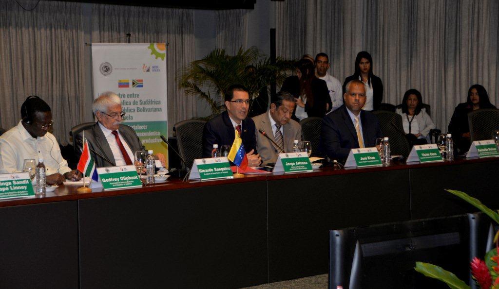 El Presidente del Banco Central de Venezuela, Ricardo Sanguino, y el ministro de desarrollo minero ecológico, Jorge Arreaza, dieron la bienvenida a la delegación sudafricana